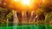 Водопад очень большой в лесу